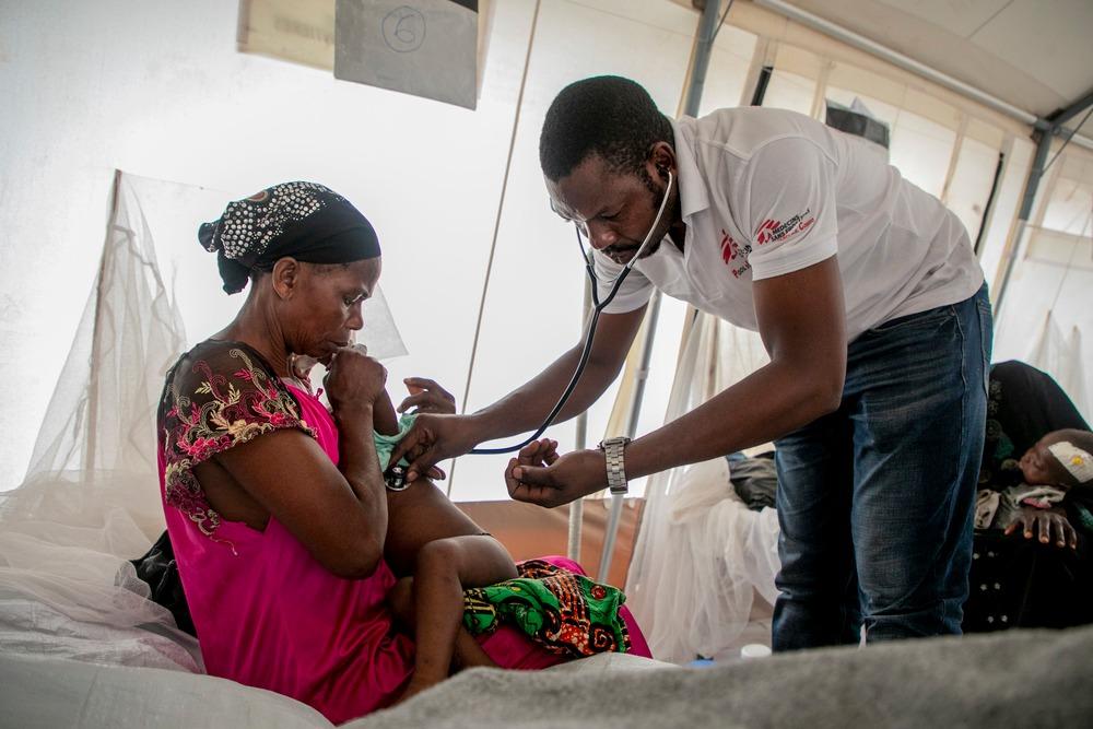 Le docteur Robert de MSF surveille les battements de cœur d'un enfant hospitalisé au centre de traitement de la rougeole à Mayi-Munene (Kasaï).